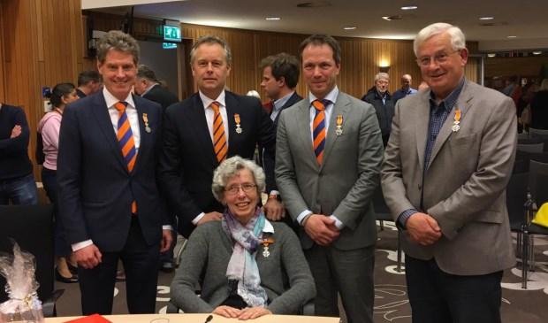 De gedecoreerden. V.l.n.r. Ino Cooijmans, Willem Joosten, Ria van Diepen, Jan Suijkerbuijk en Ed Grootaarts.