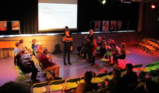 Leerlingen en lijsttrekkers gaan in debat in de aula van het Rijnlands Lyceum.   Foto: pr.