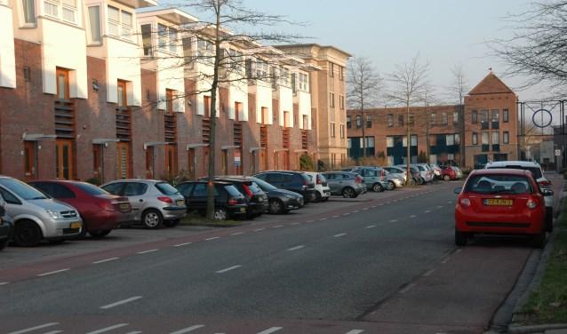 De Schildwacht met links de haakse parkeerplekken.