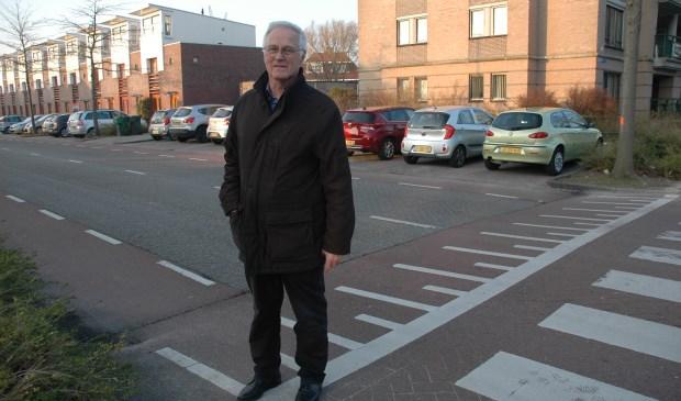 Jan van Gorp op de Schildwacht, met achter hem de haakse parkeerplaatsen.
