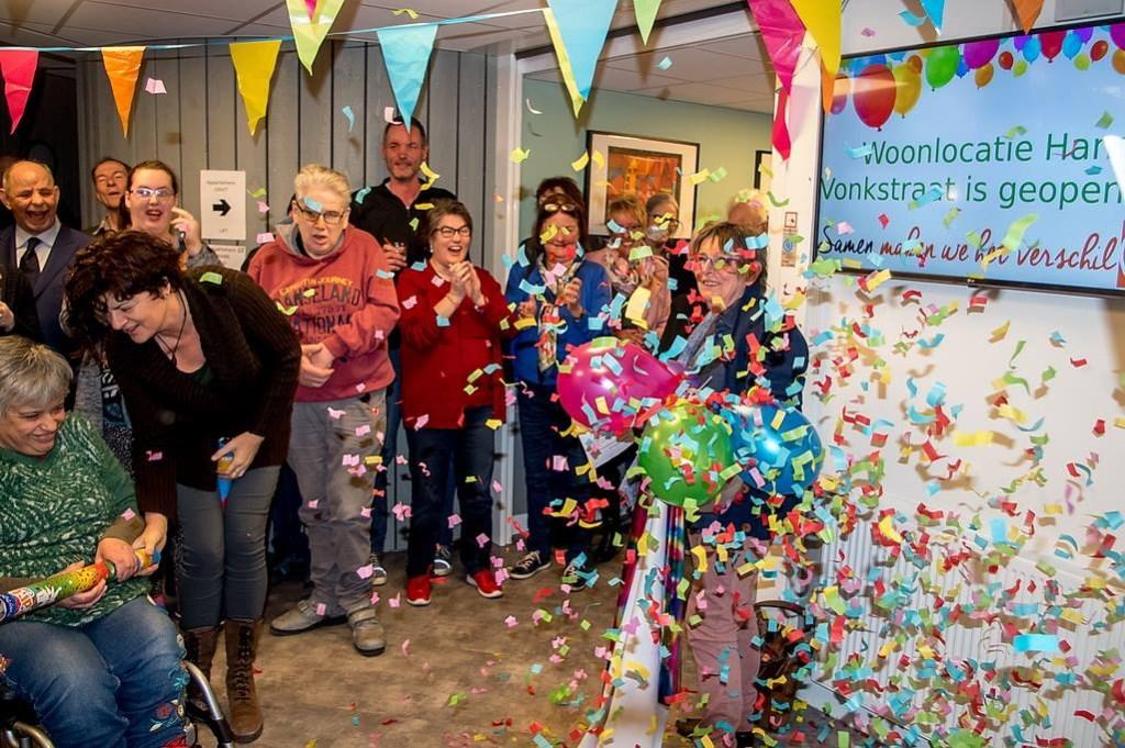 Ger van den Bosch (rechts op de foto) onthulde een herinneringbord en kreeg daarna een regen van confetti over zich heen.