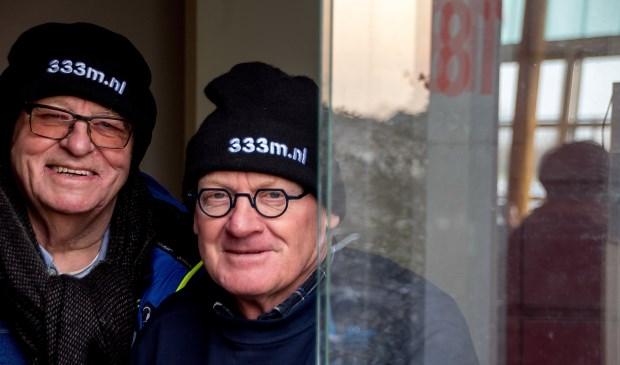 Gert Hogervorst (links) en John de Lange achter het loket van de Leiderdorpse ijsbaan.
