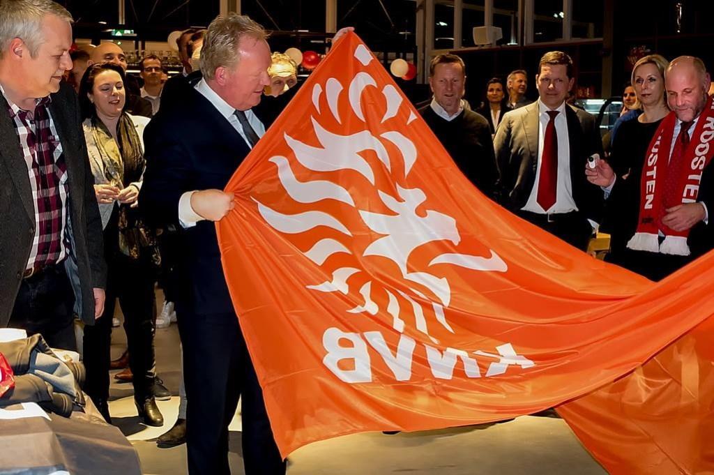 De KNVB schonk een vlag. Foto: Johan Kranenburg © uitgeverij Verhagen