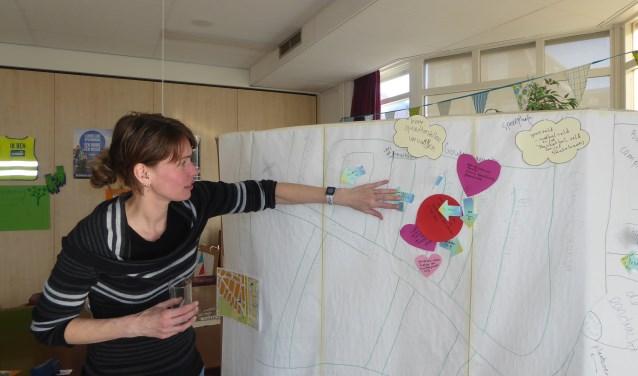 Buurtwerker Marjanne van Dijk inventariseert de wensen. | Foto: Ina Verblaauw