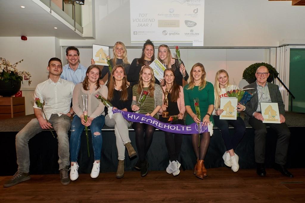 De winnaars van de Sportprijzen Teylingen, v.l.n.r: HV Foreholte (Sportprijs), June van Westing (Talentenprijs) en Jan Randsdorp (Sportbegeleidersprijs). | Foto: pr./René van Dam
