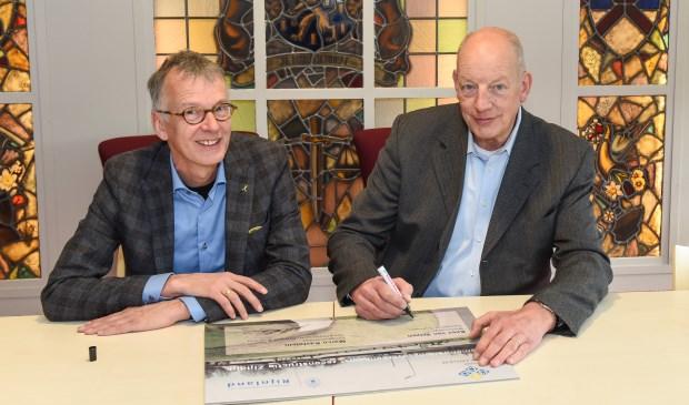Wethouder Kees van Velzen en hoogheemraad Marco Kastelein tekenen de Samenwerkingsovereenkomst 'Dijkverbetering en reconstructie Zijldijk'. | Foto: Rokki fotografie