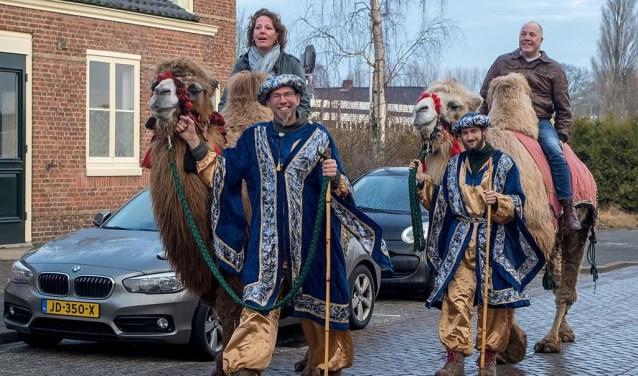 Saskia en Michel komen terug van hun toch per kameel door het oude dorp.