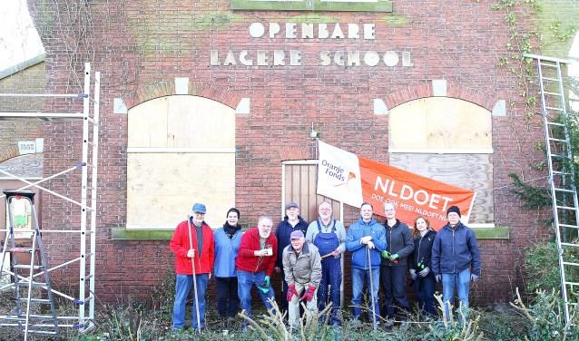 Het team dat bij de Oude School aan de slag ging in de tuin.   Foto: Arie in 't Veld