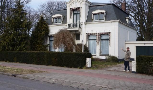 Thierry Hoveling geeft voor de villa tekst en uitleg over de bezwaren tegen de bouwplannen voor appartementen in de tuin achter de woning.