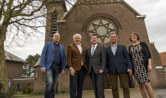 vlnr: Patrick Jansen, Peter Letschert (Renward) en Jeroen Verheijen. Wim van Haaster en Els van Berkel namens het parochiebestuur. | Foto: Remco Out