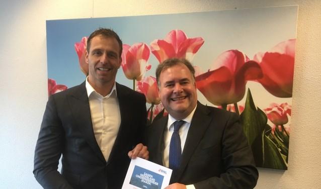Wethouder Bas Brekelmans ontvangt het ondernemersmanifest van Hans Biesheuvel (r). | Foto: pr.