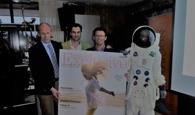 Het eerste exemplaar van Noordwijk Exclusive for Visitors werd overhandigd aan wethouder Barnhoorn. | Foto: IV