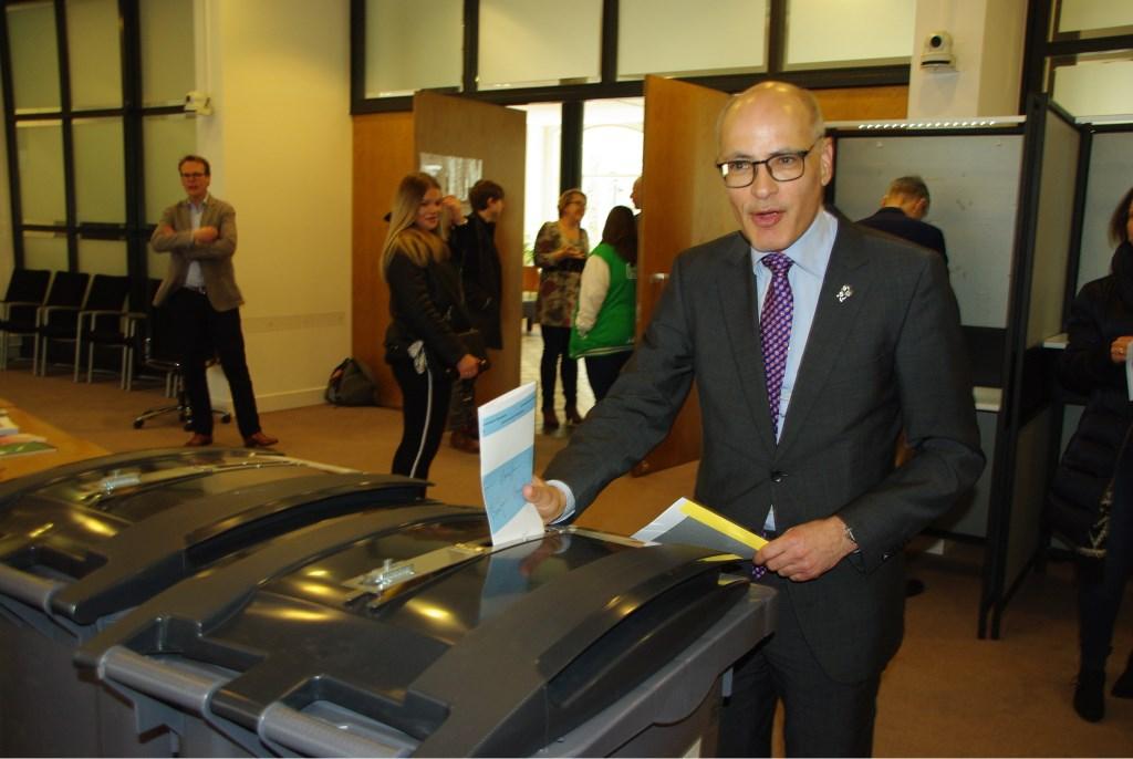 Burgemeester Jaensch brengt zijn stem uit.   Foto Willemien Timmers  © uitgeverij Verhagen