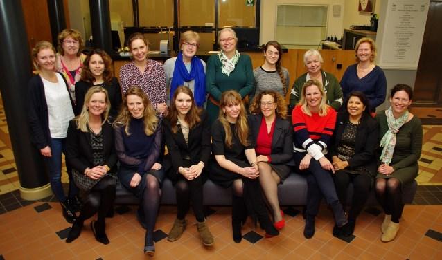 Veel politica's uit Oegstgeest kwamen op Internationale Vrouwendag in het gemeentehuis bijeen voor een informeel samenzijn met brainstorm-sessies. | Foto Willemien Timmers
