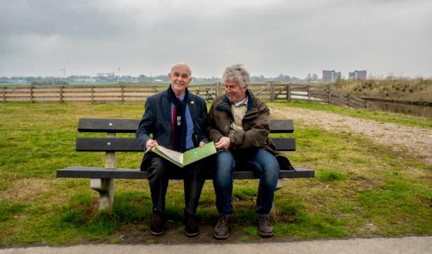 Wethouder Jeff Gardeniers (links) en voorzitter Bas Bijl van de Vogelwerkgroep Koudekerk/Hazerswoude e.o. ondertekenden de adoptieovereenkomst op locatie; het schiereiland, afgeschut met een hekwerk, is achter hen te zien.