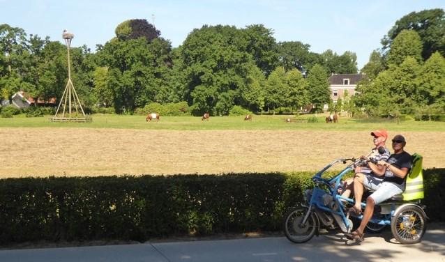Bij Fietsmaatjes Teylingen fietsen gasten en vrijwilligers op de duofiets door de streek. | Foto: archief