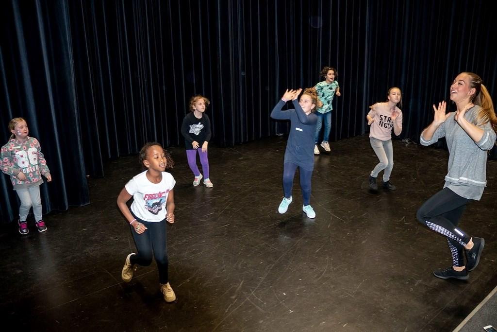 De Rode Sneakerz leerde kinderen een swingende dans in korte workshops. Foto: Johan Kranenburg © uitgeverij Verhagen