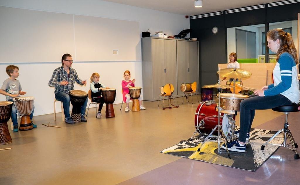 Trommelworkshop bij Stichting Muziekonderwijs Leiderdorp.  Foto: Johan Kranenburg © uitgeverij Verhagen