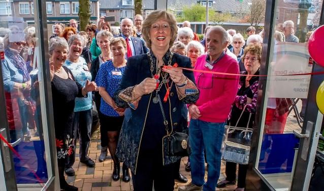 Burgemeester Laila Driessen opent 't Buurthuis. Rechts achter haar (in roze trui) voorzitter Jaap Timmermans van Buurtactief 't Oude Dorp. | Foto: J.P. Kranenburg