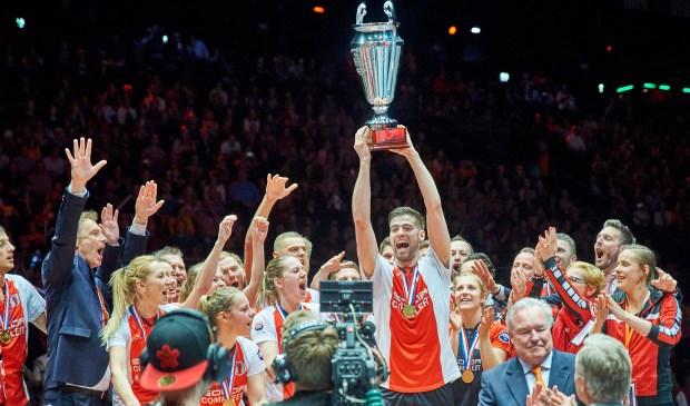 Aanvoerder Mick Snel viert de vijfde landstitel voor TOP. | Foto: René van Dam/www.rvdam.nl