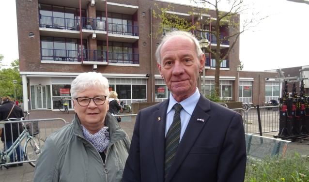 Natuurlijk waren Theo Rump en zijn echtgenote ook aanwezig bij de Leiderdorpse aubade op Koningsdag. De foto is genomen na afloop van de traditionele samenzang.
