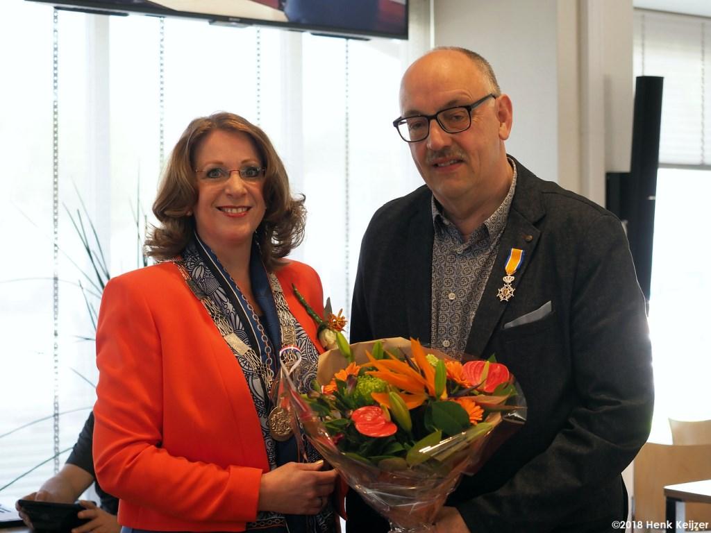 Burgemeester Carla Breuer feliciteert Willem Vogels. | Foto: pr./Henk Keijzer Foto: pr./Henk Keijzer © uitgeverij Verhagen