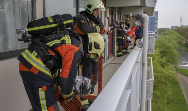 Oefenen met een O-bundel op de bovenste verdieping van een flat aan de Wilddreef.