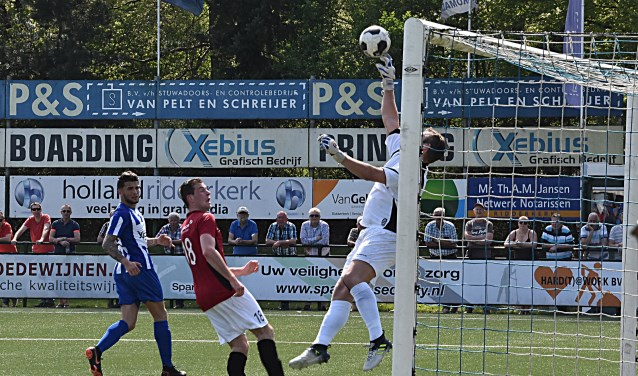 Hier kan doelman Danny Spelde nog een Katwijkse treffer voorkomen. | Foto: PR