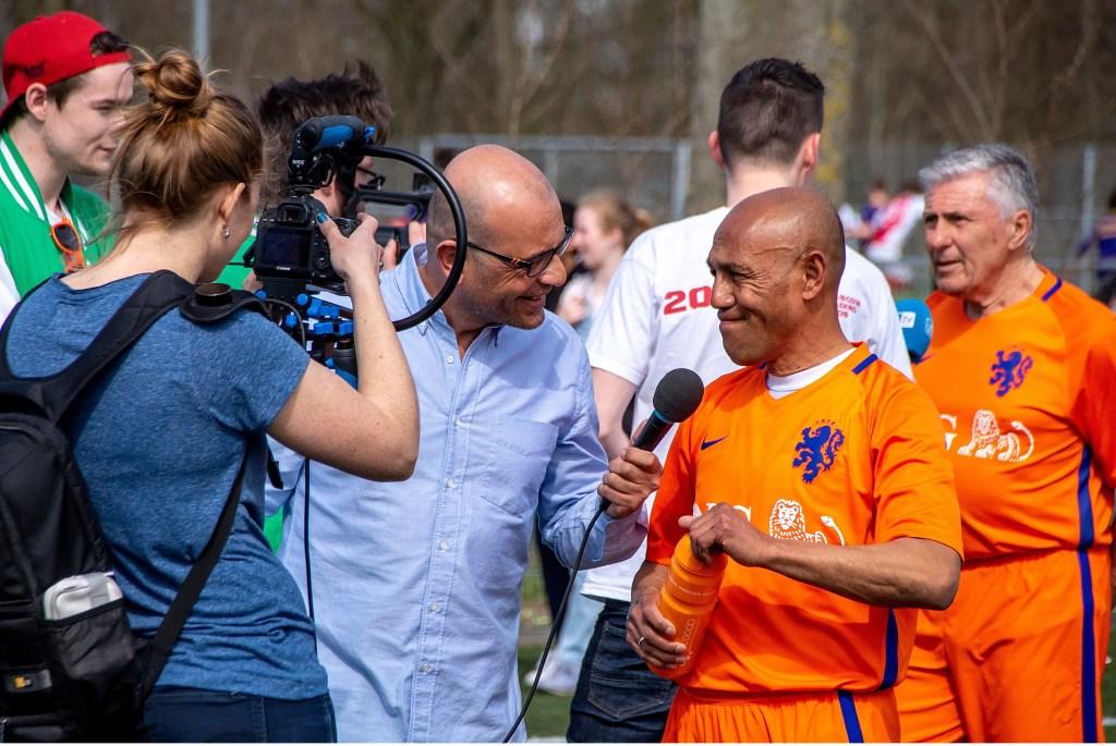 •Ook oud-international Simon Tahamata  werd uitgebreid geïnterviewd voor de radio en televisie.  Foto: Johan Kranenburg © uitgeverij Verhagen