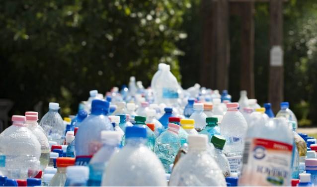 Statiegeld op alle plastic flessen kan een hoop schelen in het zwerfafval.