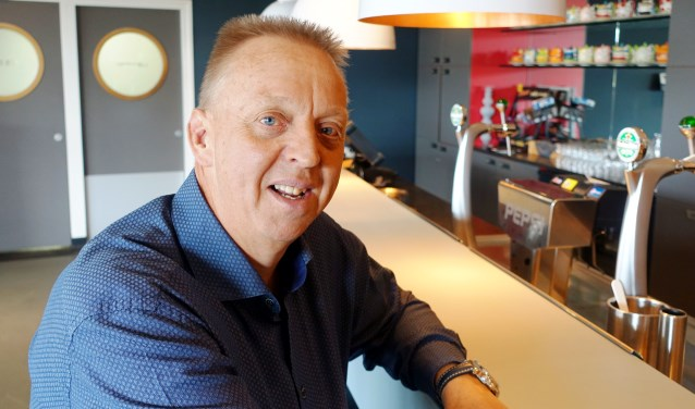 Henny Schaap aan een van de bars in zalencomplex 'In Duyn'. | Foto: Aad van Duijn