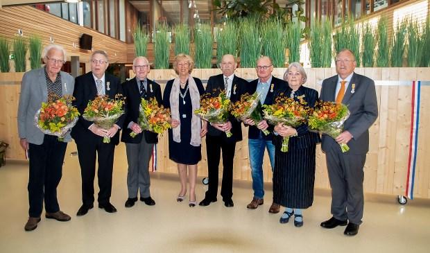 Burgemeester Driessen met alle gedecoreerden. V.l.n.r. Wim Kanbier, Dick de Haas, Cees van Pernis, Laila Driessen, Joop van der Hoogt, John de Lange, Maria Ten Hooven-Venne en Arno Mentink.