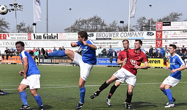 Gerard Aafjes knalt weg en Robbin van Dijk komt niet aan de bal. | Foto: PR