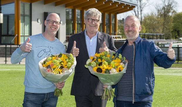 Wethouder Martijn Bilars (m) feliciteert Peter Geerlings en Ramon van Dam. | Foto: pr.
