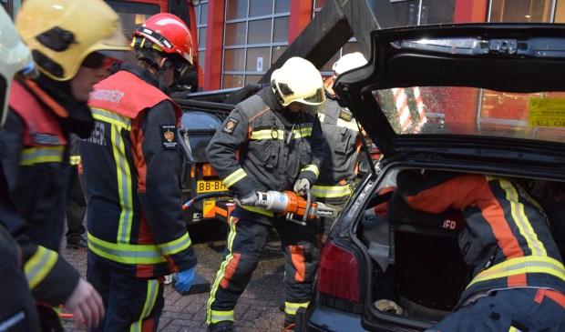 Vier 'slachtoffers' moesten uit de auto bevrijd worden.
