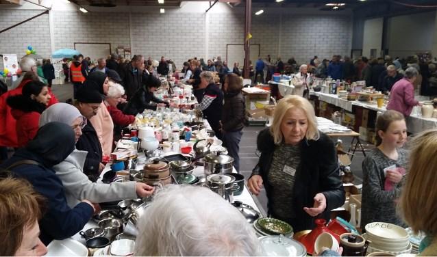 De nog volle tafels bij de kringloopmarkt van de SWG Lisse waren na afloop heel wat leger. Er kwamen meer bezoekers dan andere jaren op af.