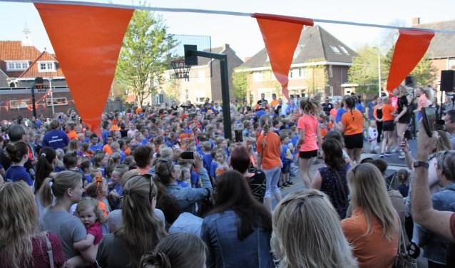 Leerlingen, leerkrachten en ouders verzamelen zich op het plein. | Foto's en tekst: Caroline Spaans