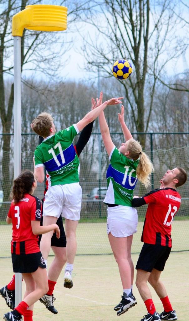 Simone Laman en Ivar van Driel vechten voor de bal. Foto: Frans van Herwijnen © uitgeverij Verhagen