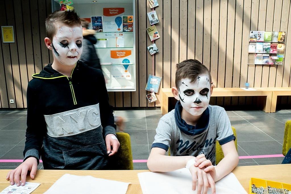 Fraai geschminkte gezichten.  Foto: Johan Kranenburg © uitgeverij Verhagen