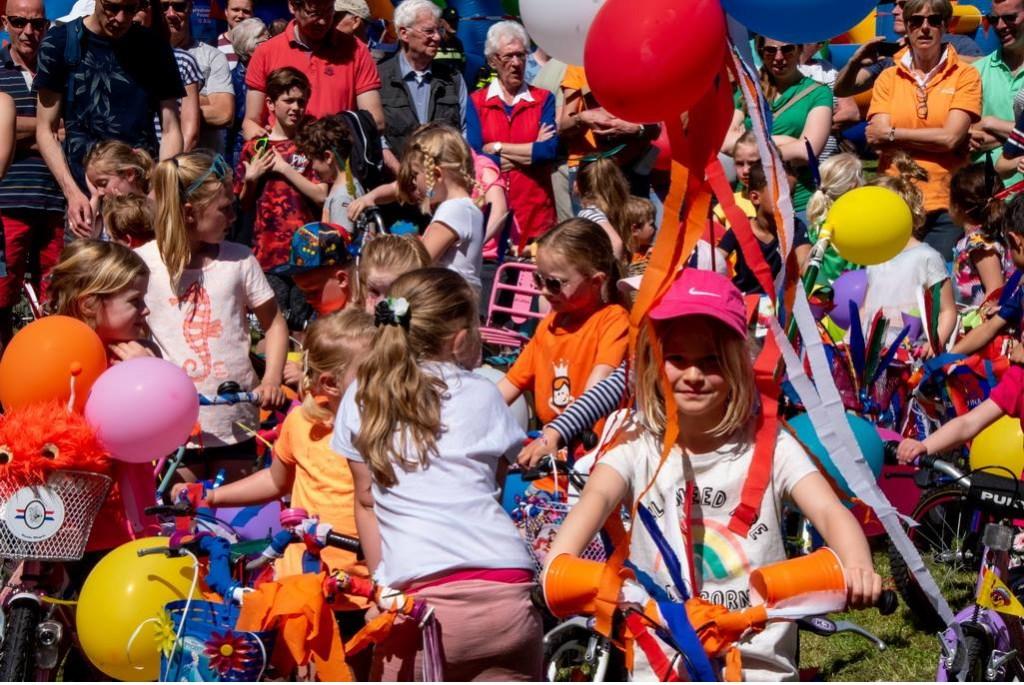 Het hoort bij Bevrijdingsdag in Leiderdorp: de versierde fietsenparade Foto: Johan Kranenburg © uitgeverij Verhagen