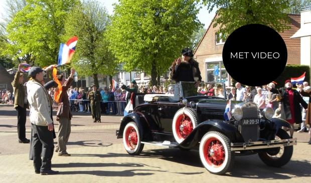 Tijdens de Parade in Rijnsburg: Koningin Wilhelmina arriveert op het Burgemeester Koomansplein.