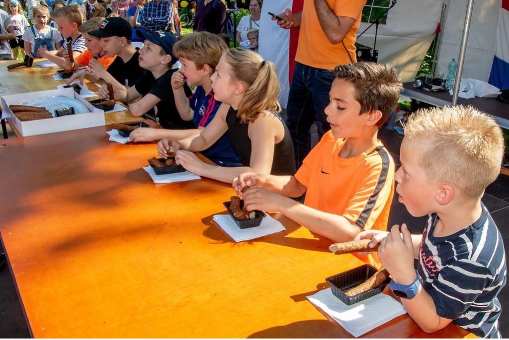 Zoveel mogelijk frikandellen eten... Foto: Johan Kranenburg © uitgeverij Verhagen