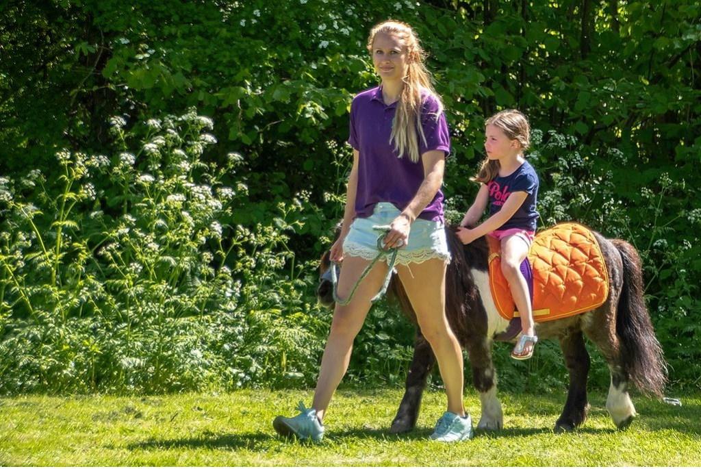 Pony rijden was een populaire attractie.  Foto: Johan Kranenburg © uitgeverij Verhagen