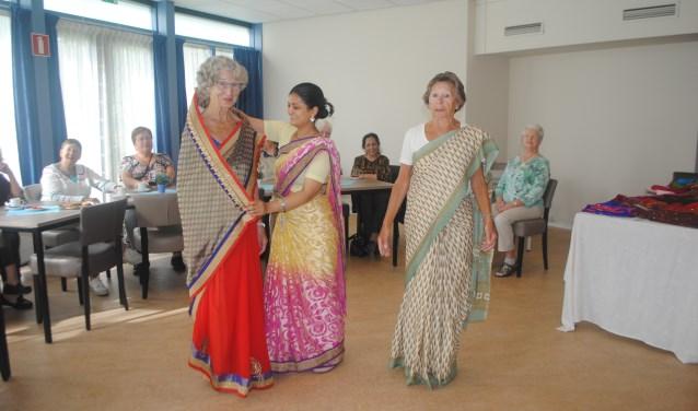 Mannequin Radika uit Alphen toonde hoe een sari om het lichaam wordt gedrapeerd. | Archieffoto