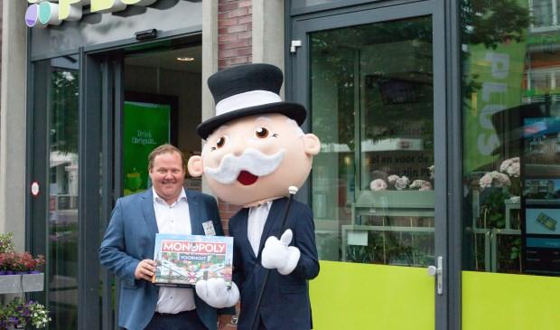 Joop van Dijk krijgt de symbolische editie Monopoly Voorhout overhandigd. | Foto: pr.