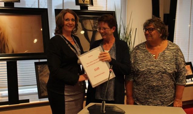 Lida Leenen en Paula Kruit overhandigen handtekeningen voor een supermarkt in de Postwijk aan burgemeester Carla Breuer. | Foto: archief/ Nico Kuyt