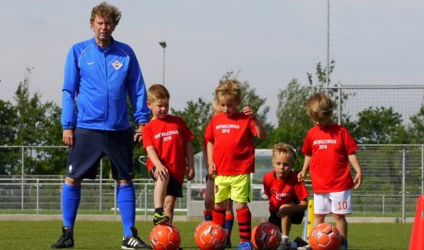 Laurens Mouter geeft drie trainingen aan de jeugd van de basisschool. | Foto: pr.