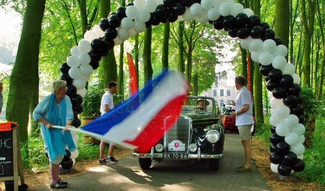 Ina Michiels van Kessenich en haar kleindochter Lola (samen 100) vlagden de auto's weg.   Foto's Willemien Timmers