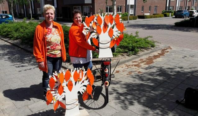 Marja Heemskerk en Meta Noteboom  gaan met de wensbomen langs clienten van de thuiszorg in Voorhout. | Foto: pr.
