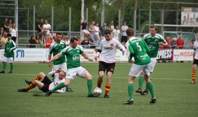 Daniël Gras wordt belaagd door SEV spelers. | Foto Leo van den Broek